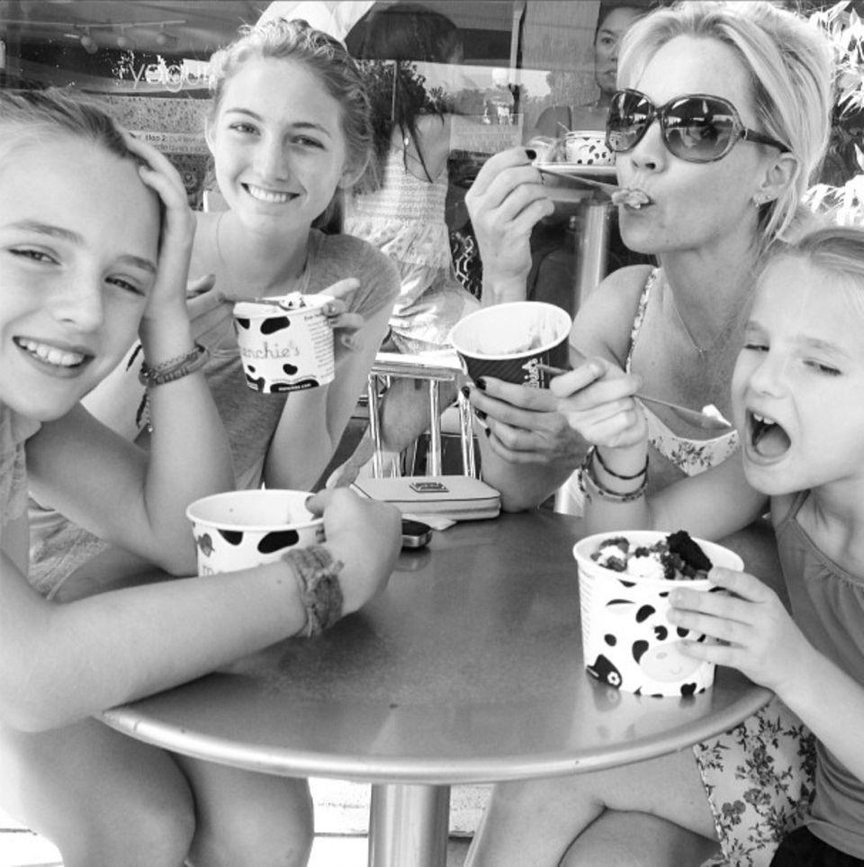 September 2013  Zum Abschluss der Sommerferien gibt Jennie Garth ihren drei Töchtern Luca, Lola und Fiona noch ein Eis aus.