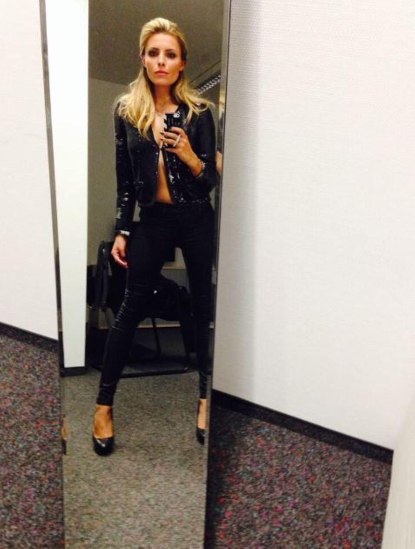 Oktober 2013  Sophia Thomalla zeigt sich auf ihren Twitterprofil ganz in Schwarz.