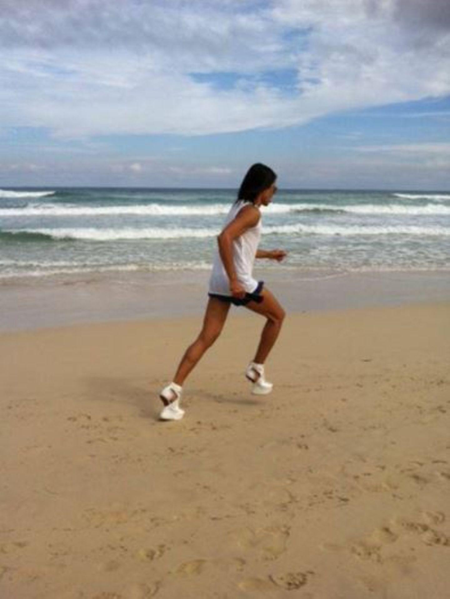 November 2013  Jorge Gonzalez legt einen Sprint am Strand hin - in High Heels natürlich.