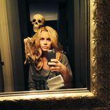 Oktober 2013  Jenny McCarthy macht Bekanntschaft mit einem Skelett in ihrem Badezimmer.