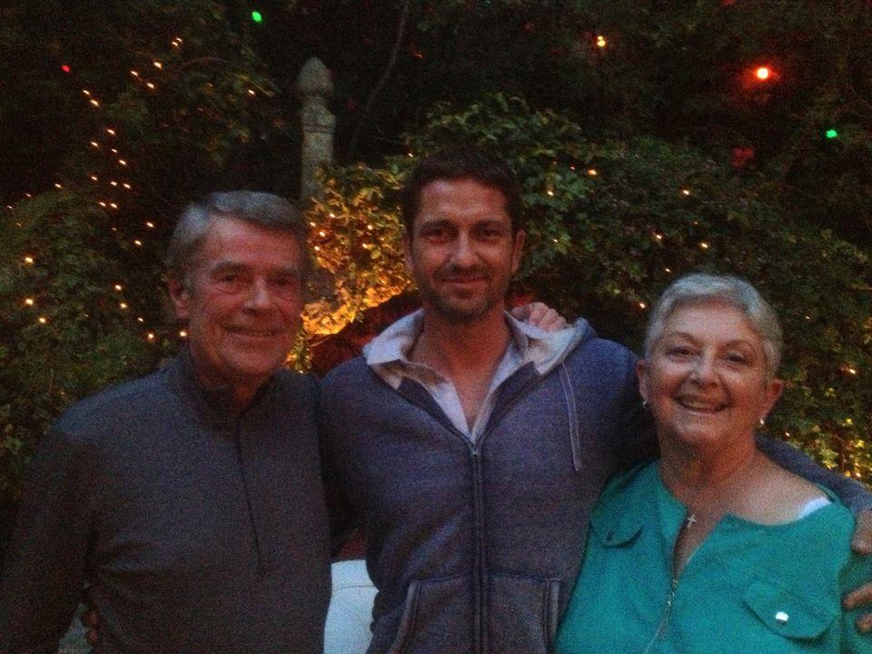 Gerard Butler wird von seinen Eltern auf eine Filmpremiere begleitet. Besonders seiner Mutter Margaret gefällt es, wenn ihr Sohn die bösen Typen vermöbelt.