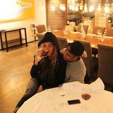 Beyoncé und Jay-Z gönnen sich in einem Berliner Restaurant, das eigens für das Musikerduo geöffnet hat, ein Glas Wein.