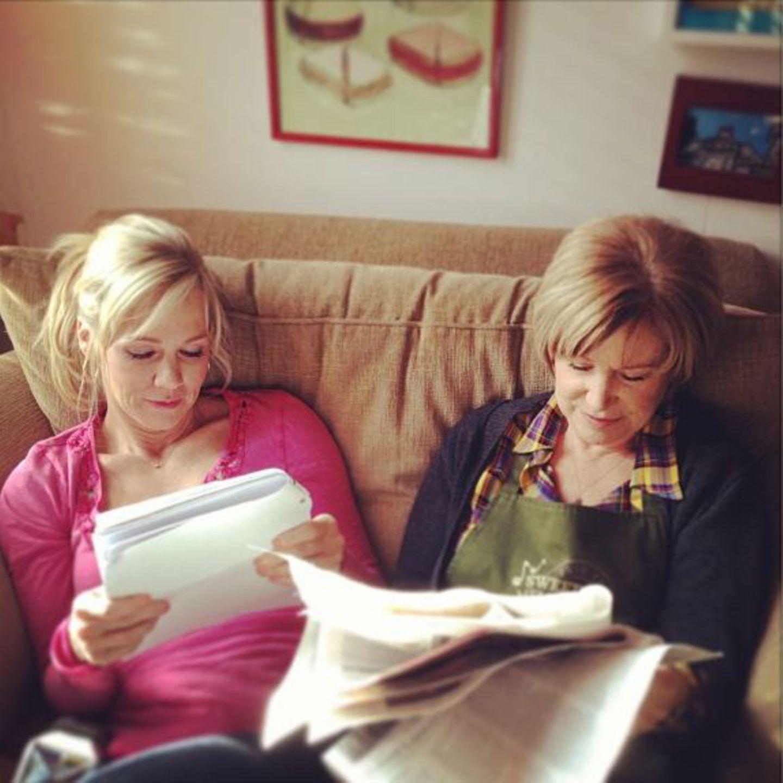 """Jennie Garth twittert ein Bild von sich und ihrer """"Movie Mom"""" bei der Arbeit."""