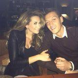 """November 2013  Mandy Capristo und Mesut Özil stellen sich auf Facebook als """"Mrs. and Mr. Ozisto"""" vor."""