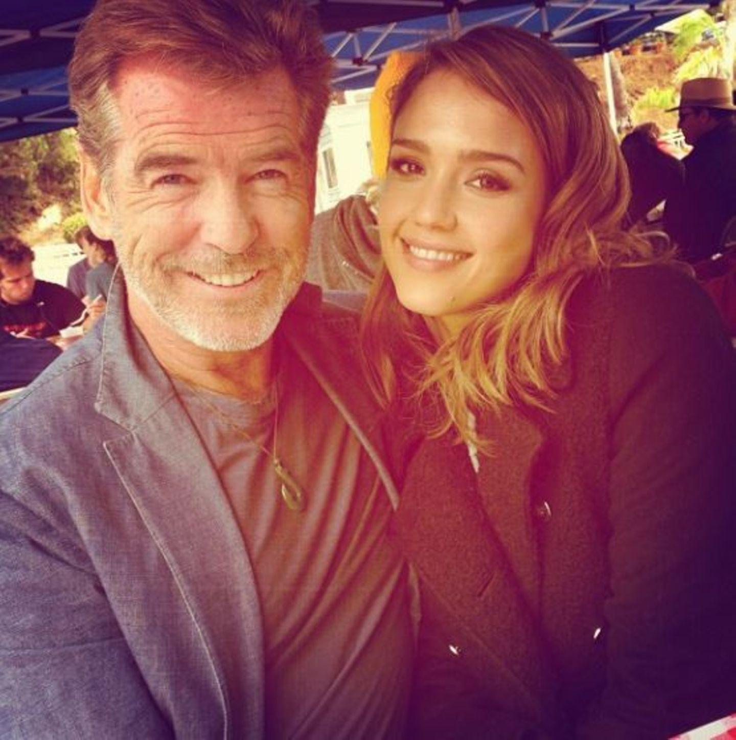 Oktober 2013  Jessica Alba twittert ein Foto von sich mit Pierce Brosnan vom Set im Malibu.