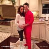Dezember 2013  Kevin JOnas und seine schwangere Frau Danielle stimmen sich schon mal auf die Festtage ein. In Onesie und dicken Hausschuhen machen sie es sich gemütlich.