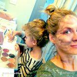 November 2013  Jenna Elfman lässt sich ihr Make-up von ihrem 3 Jahre alten Sohn Easton auftragen.