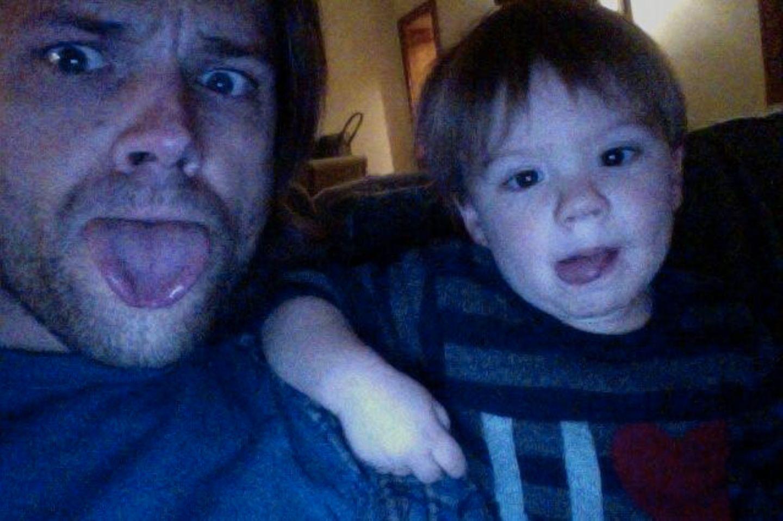 "November 2013  ""Supernatural""-Star Jared Padalecki albert mit seinem Sohn Thomas herum."