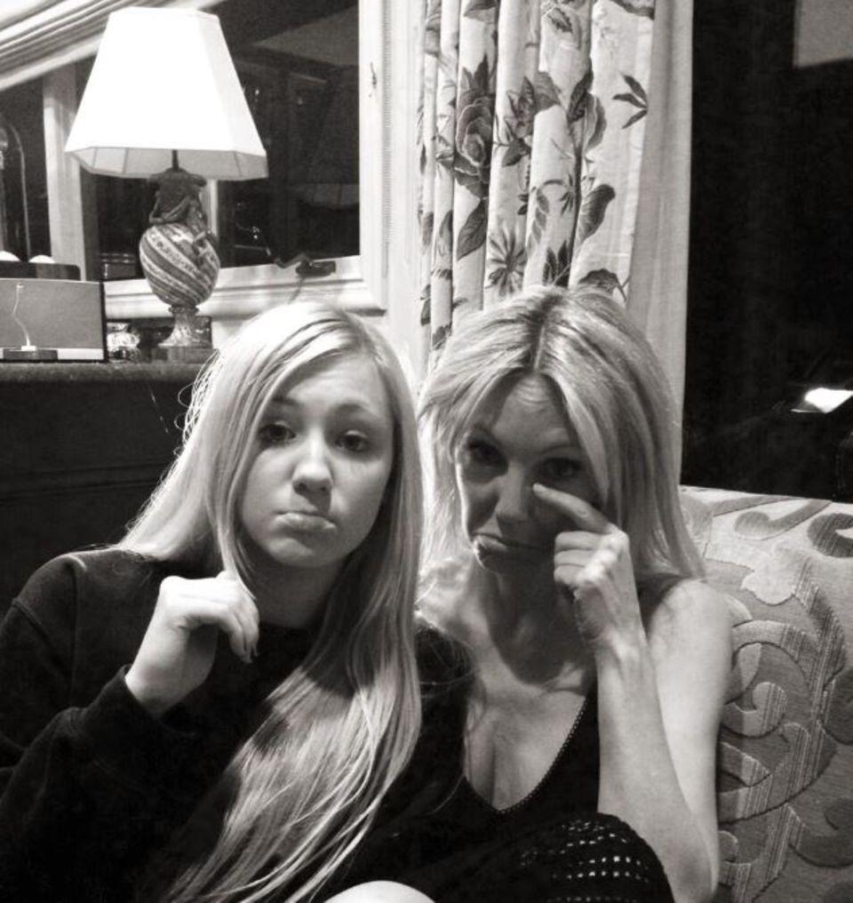 Heather Locklear posiert mit ihrer Tochter Ava Samborra auf Twitter.