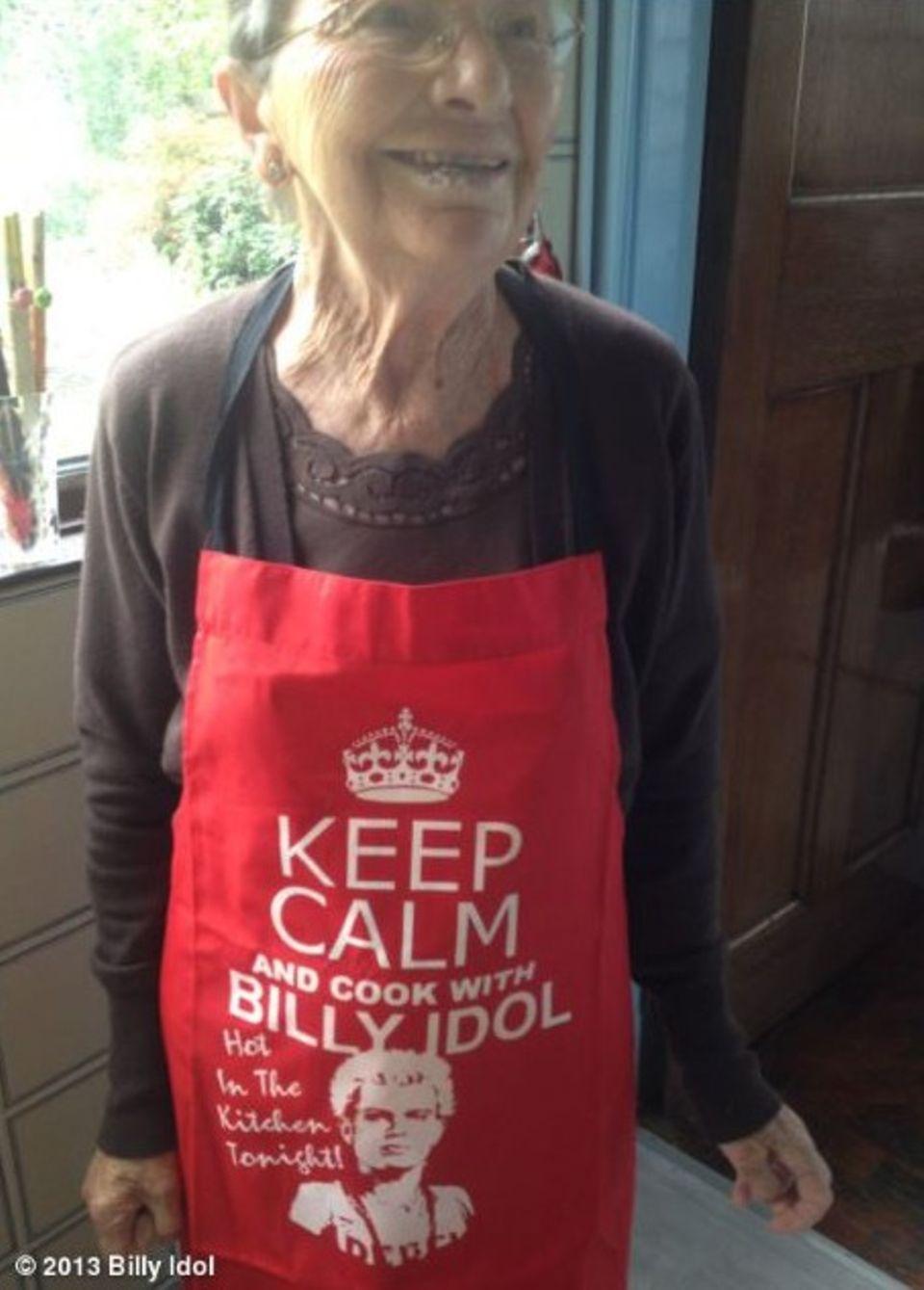 August 2013  Klar, Billy Idols Mutter Joan kocht nur in einer Schürze, die das Konterfei ihres Sohnes zeigt.