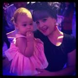 """Oktober 2013  Kelly Osbourne ist ganz vernarrt in ihre Nichte Pearl. Gemeinsam feuern sie Papa Jack Osbourne bei der amerikanischen Ausgabe von """"Let's Dance"""" an."""