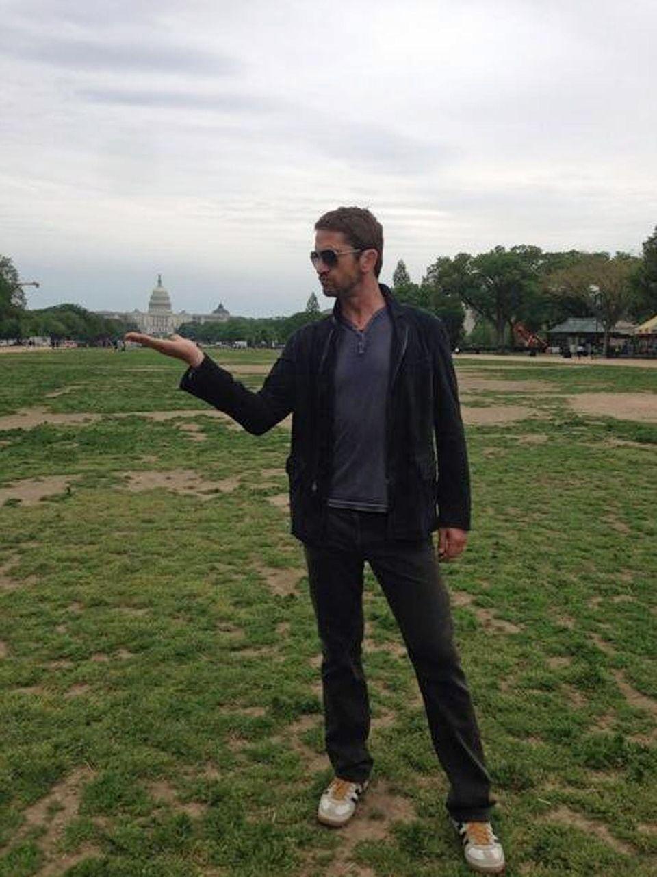 Auch ein Star wie Gerard Butler macht manchmal einfach nur normale Touristenfotos - wie hier mit dem Weißen Haus in Washington.