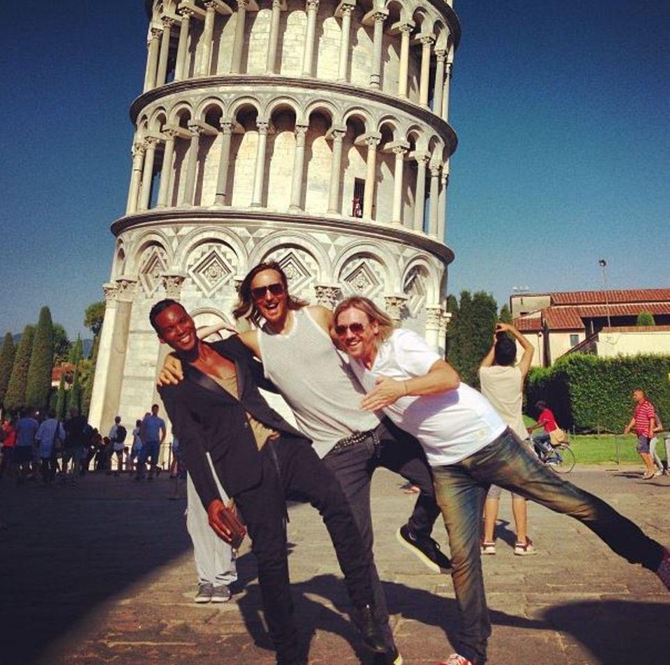 DJ David Guetta ist mit Freunden in Pisa unterwegs und albert vor dem schiefen Turm herum.