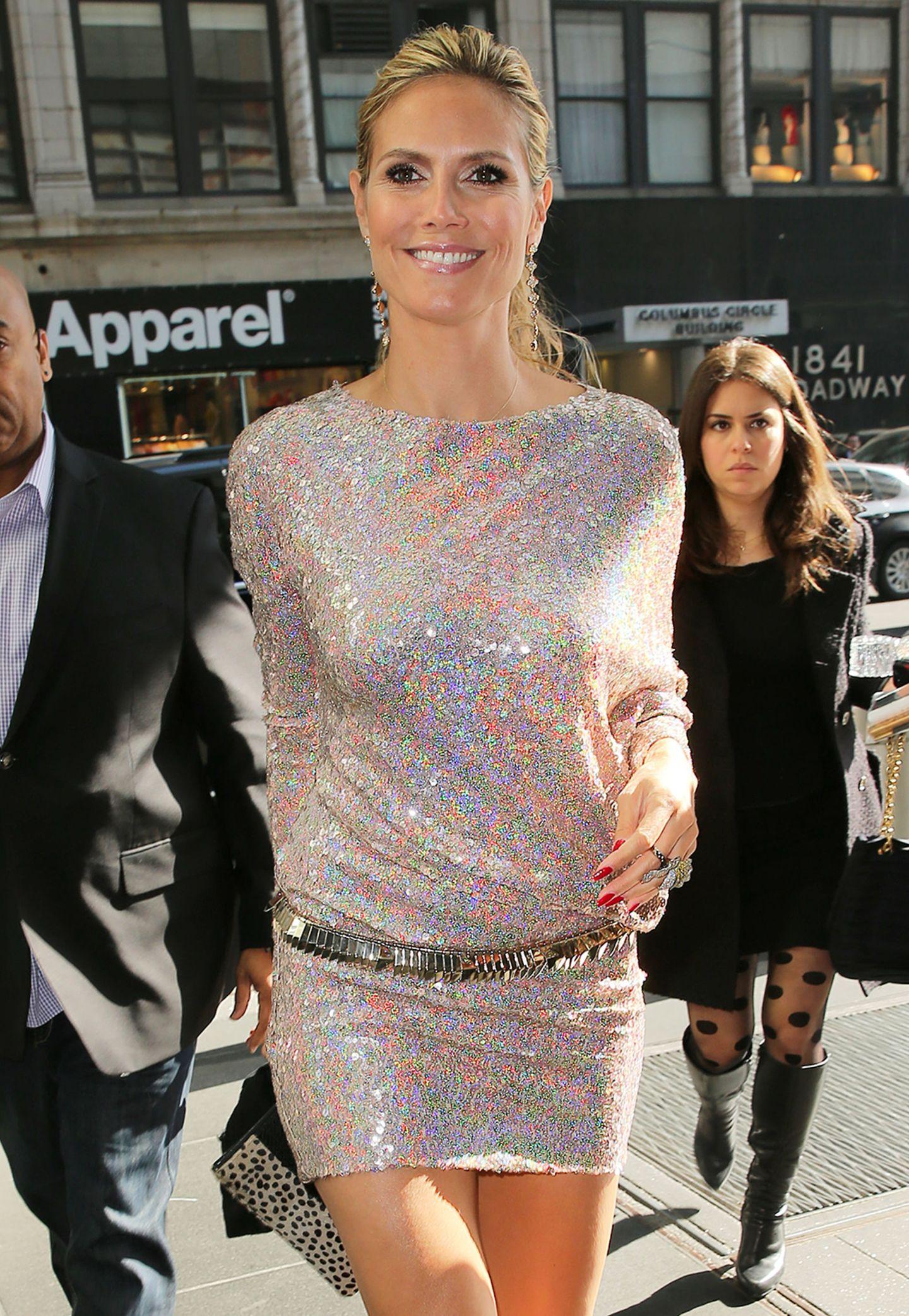 Heidi Klum strahlt in ihrem Pailletten-Minikleid wie ein Regenbogen.