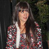 """Ein reich besticktes Ensemble aus Kleid und Blazer trägt Lily Allen beim Verlassen eines Londoner Restaurants. Der Entwurf aus der """"Pre-Fall Collection 2014"""" von Chanel besitzt eine weiße Schleife am Ausschnitt, die Allen jedoch offen trägt."""