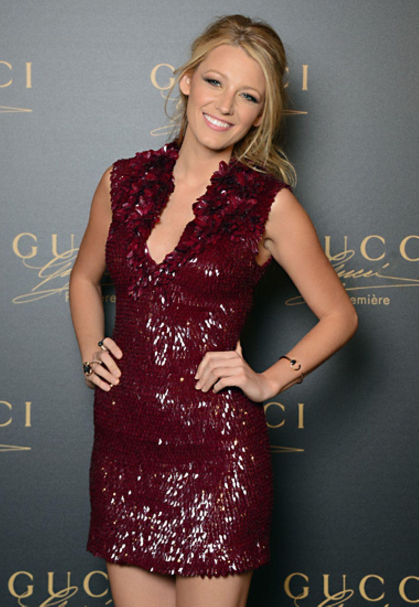 Zum Launch des neuen Gucci-Parfüms Première strahlt Blake Lively, als Werbeschönheit der Kampagne in diesem weinroten Paillette-