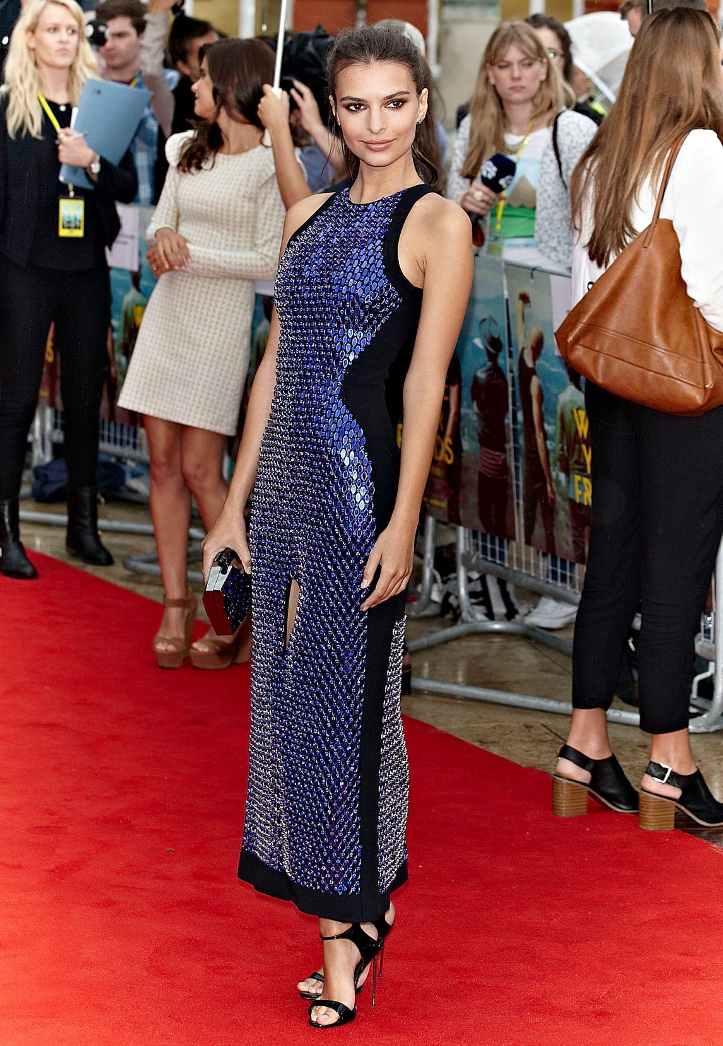 """Schön wie eine Sternennacht funkelt Emily Ratajkowski bei der Londoner Premiere von """"We Are Your Friends"""" in dem blau-schwarzen Pailletten-Kleid von David Koma."""