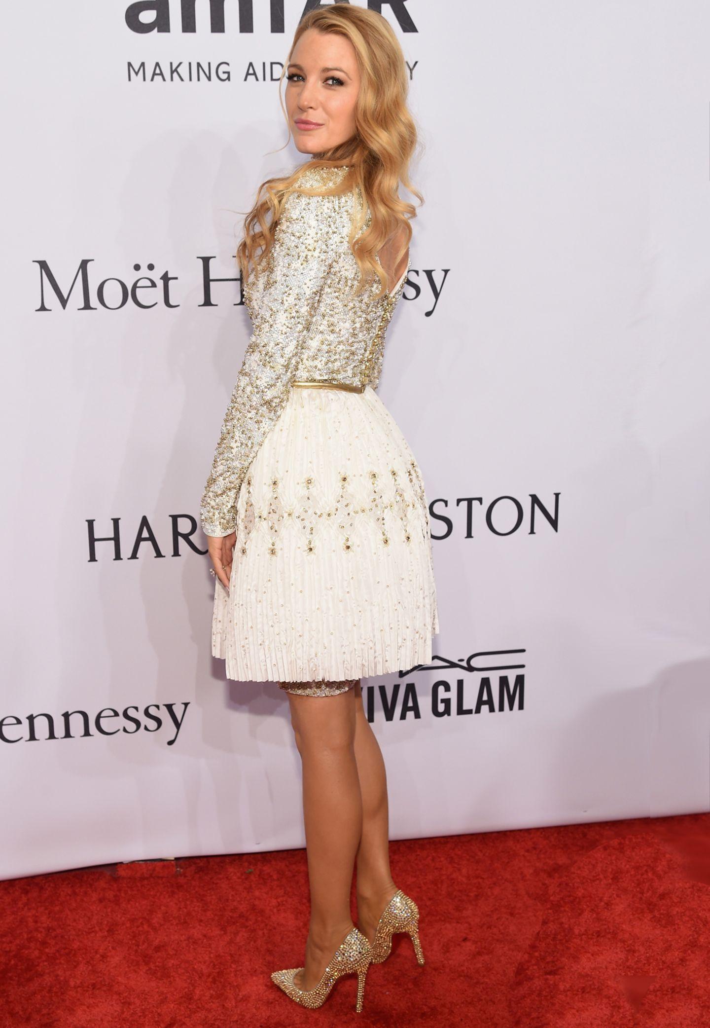 """Mit ihrem Pailletten und Perlen besetzten Kleid bringt Blake Lively Glamour auf den roten Teppich der """"amfAR""""-Gala."""