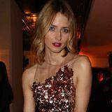 Eva Padberg weiß genau, wie man sich zum Cocktail kleidet: Das Model begeistert in einem atemberaubenden Pailettenkleid von Gucci.