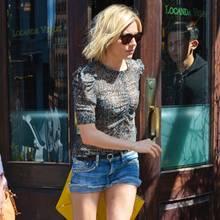 Oben niedlich, unten rockig: Zum gerafften Chiffon-Shirt mit Puffärmeln kombiniert Sienna Miller eine knappe Jeans-Shorts mit Nieten und gold-schwarze Leder-Boots.