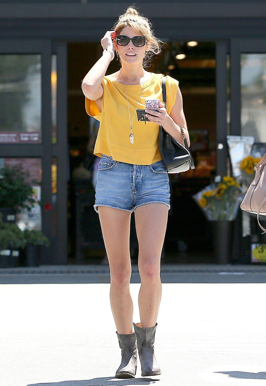 Zum sommerlich-gelben Shirt trägt Ashley Greene eine kurze Jeans-Short mit ausgefranstem Saum.