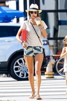Model Alessandra Ambrosio versprüht mit ihrem Look echtes Sommer-Feeling und kombiniert zur kurzen Denim-Shorts und zum naturfarbenden Leinen-Shirt viele bunte Accessoires.