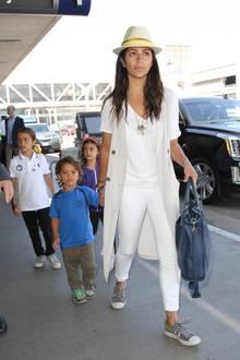 Wie bei einer Entenfamilie dackeln die drei süßen Kids von Camila Alves und Matthew McConaughey ihrer Mama am Flughafen LAX in Los Angeles hinterher.