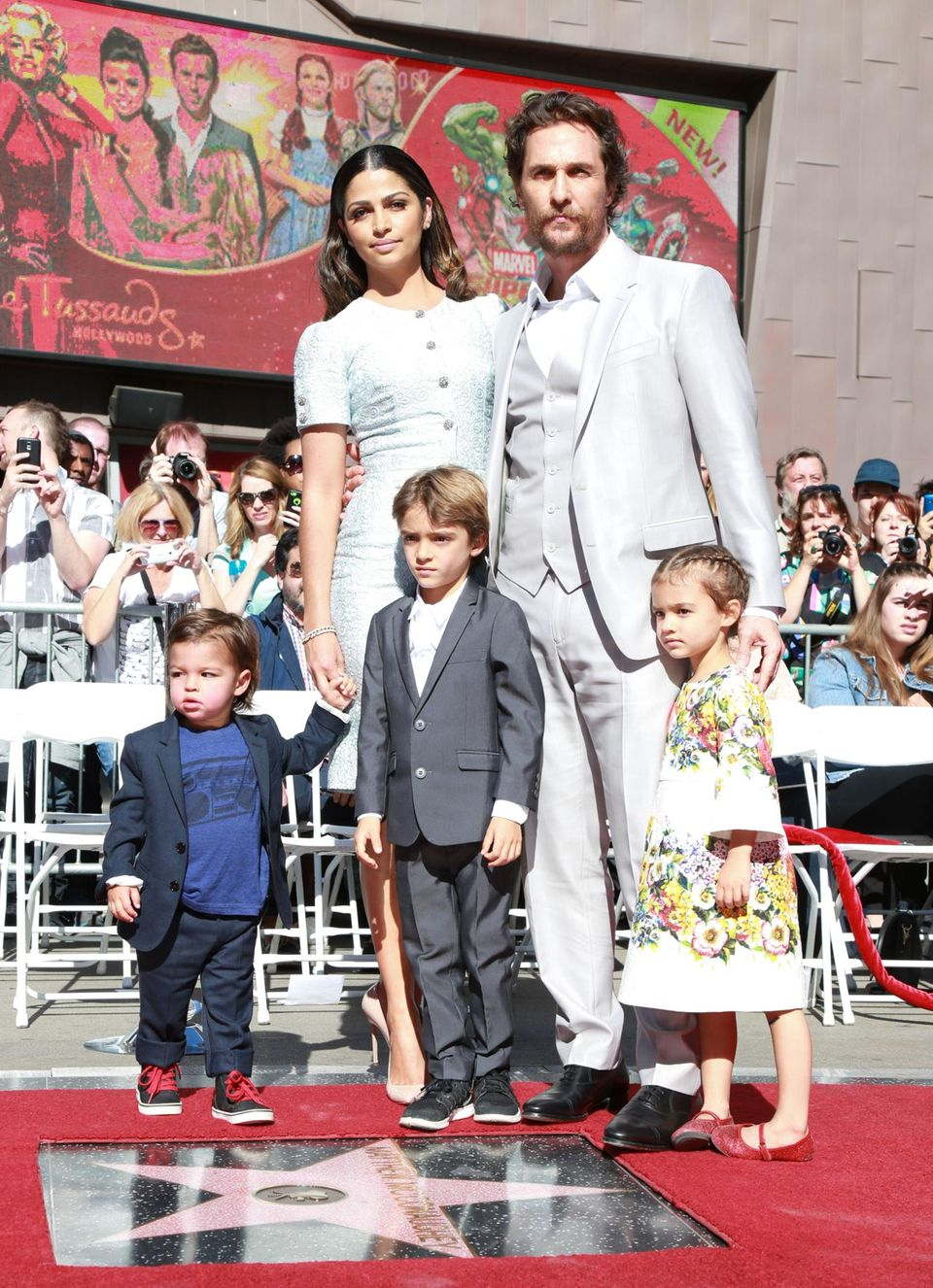 """17. November 2014  Auf dem """"Walk of Fame"""" in Los Angeles wird Matthew McConaughey mit einem Stern verewigt. Zur Zeremonie bringt er seine Frau Camila Alvers und seine 3 Kinder mit."""