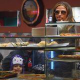 13. Januar 2015  Camila Alvers und Tochter Vida kaufen sich noch eine Pizza bevor sie nach Hause fahren.