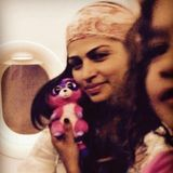 13. Januar 2016  Camila freut sich über das skurrile Stofftier, das ihre Tochter Vida ihr für den Flug schenkt.