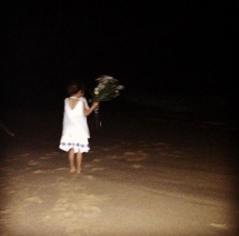 8. Januar 2016  Töchterchen Vida wirft um Mitternacht einen Blumenstrauss ins Meer und setzt damit eine brasilianische Neujahrstradition fort: Hier bedankt man sich für das vergangene Jahr und betet für das kommende.
