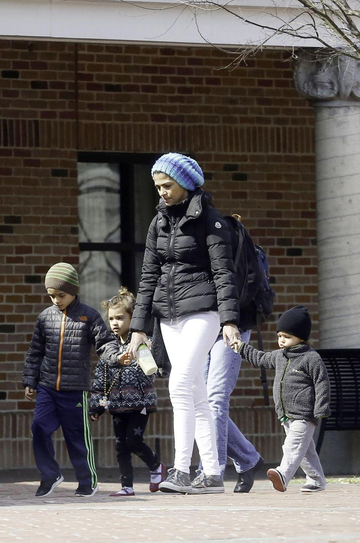 4. Mai 2015  Sind die groß geworden! Camila Alves geht mit Levi, Vida und Livingston im kalten New Orleans in den Zoo.