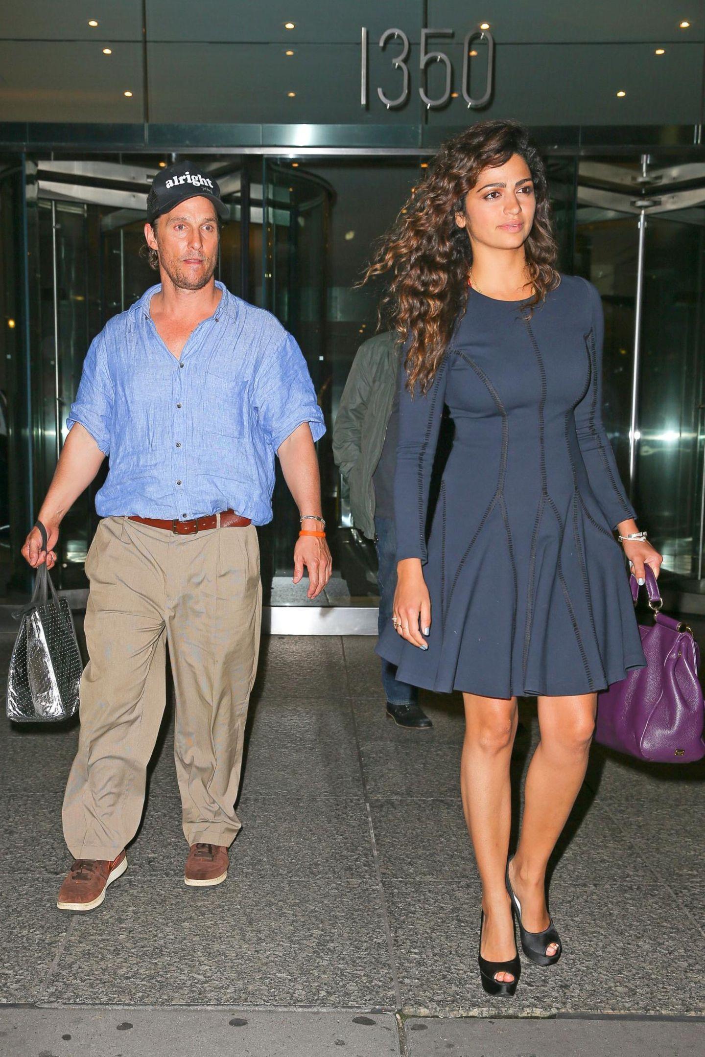30. September 2015: Kaum zu erkennen ist Matthew McConaughey, der mit seiner Frau Camila Alves ein Bürogebäude in Midtown, Manhattan, verlässt.
