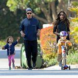 22. Februar 2014   Familie McConaughey genießt die Sonne bei einem Spaziergang.