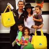 November 2015  Familie McConaughey-Alves kümmert sich um hilfsbedürftige alte Menschen. Sie teilen Essen aus und halten hier und da ein Quätschen, wofür sie viel Dank ernten.