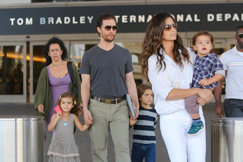 14. November 2014  Matthew McConaughey und seine Famile auf dem Weg zurück zum Auto nach ihrem Besuch im Zollamt von Los Angeles.
