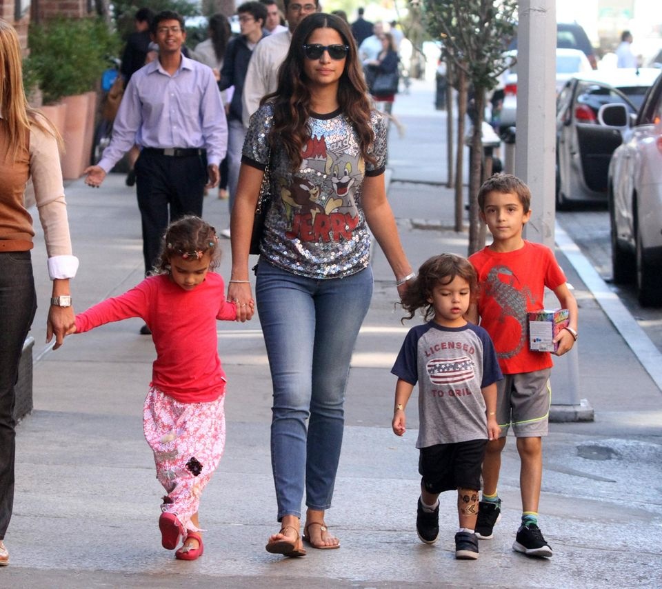 7. Oktober 2015  Während Papa Matthew gerade mit Dreharbeiten beschäftigt ist, geht Camila Alves mit den Kindern durch Manhattan spazieren.