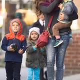3. November 2014  Camila Alves geht mit ihren drei Kindern Livingston, Levi und Vida in New York in den Park.