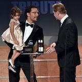 """21. Oktober 2014: Schauspieler Matthew McConaughey nimmt seine 4-jährigen Tochter Vida mit auf die Bühne um von Christopher Nolan den """"American Cinematheque Award"""" entgegen zu nehmen."""