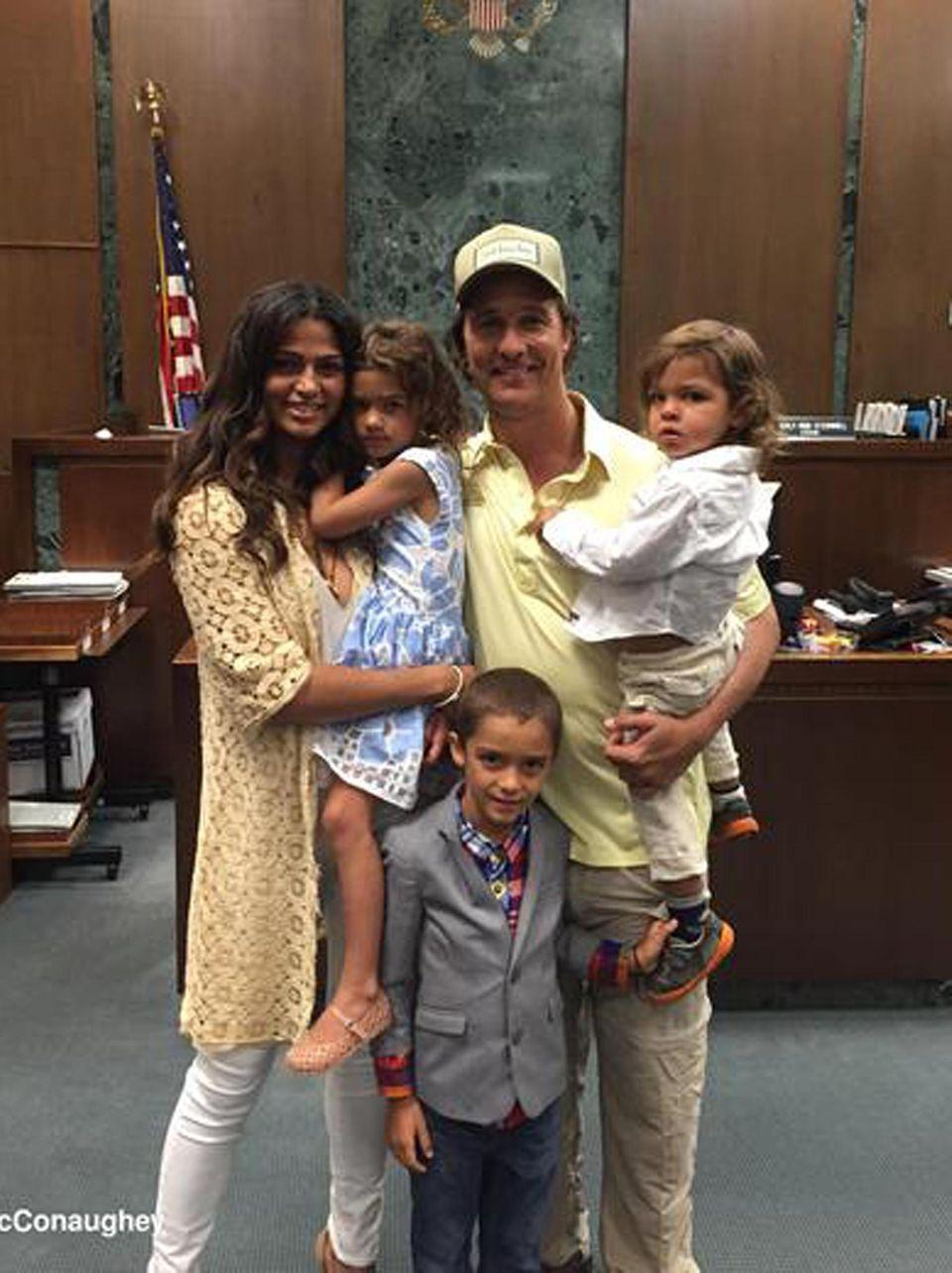 """4. August 2015  Camila Alves darf sich endlich ihren US-amerikanischen Pass abholen. """"Gratulation Camila, dass du heute deine US-Staatsbürgerschaft bekommen hast"""", schreibt Matthew McConaughey zu einem Bild, das die ganze Familie zeigt. """"Ein weiterer und großartiger Amerikaner"""", fügt er außerdem hinzu. Auch die Kinder Vida, Levi und Livingston freuen sich offenbar mit der Mama. Das Model wurde in Brasilien geboren."""