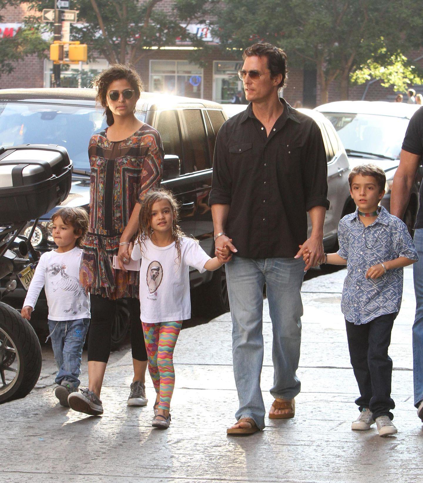 29. Juni 2016   Camila Alves und Matthew McConaughey sind derzeit mit ihren Kindern Livingston, Vida und Levi in New York. Eigentlich lebt die Familie in Kalifornien.