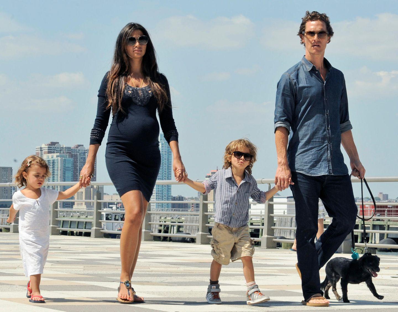 26. August 2012: Camila Alves und Matthew McConaughey gehen mit ihren Kindern Vida und Levi und dem Familienhündchen am Hudson R