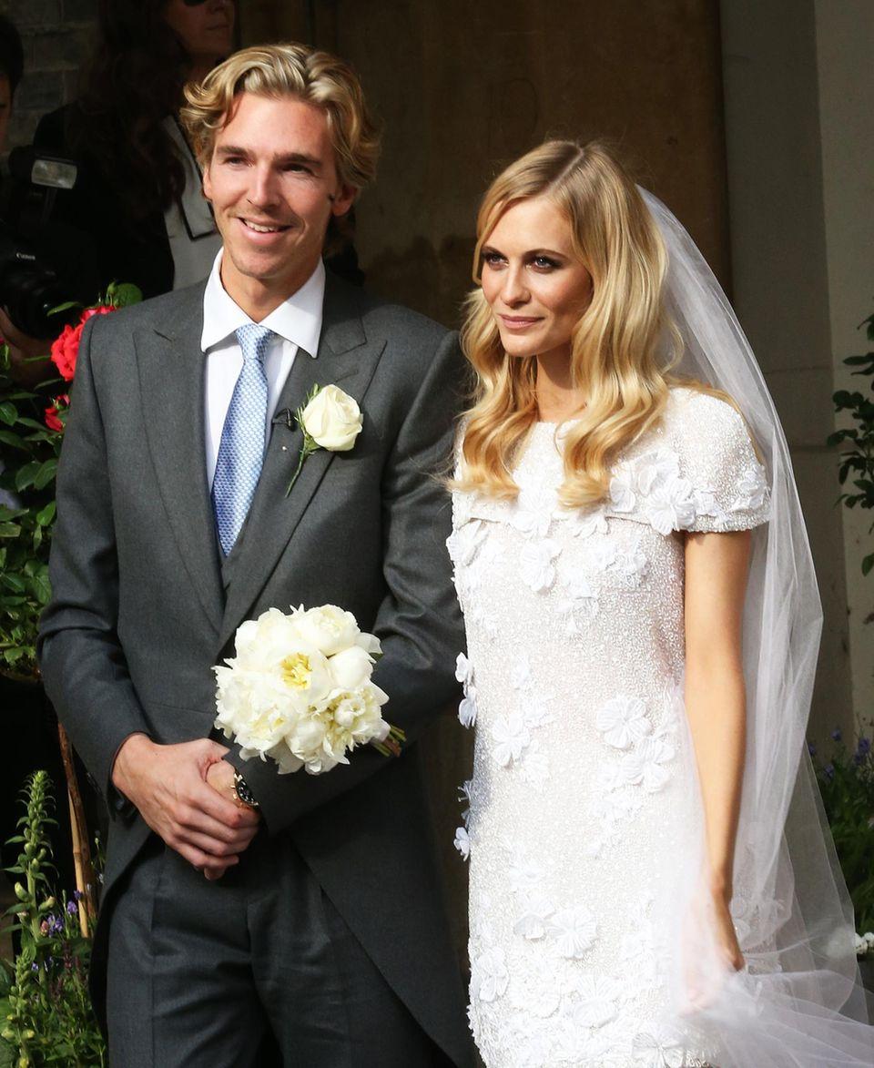 16. Mai 2014: Die hübsche Braut Poppy Delevingne hat hervorragende Laune. Mit ihrem frisch gebackenen Ehemann James Cook ist die 28-Jährige seit 2012 verlobt, nun heiratet das Paar in London.