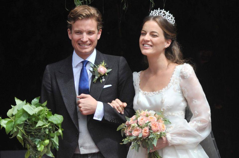 9. Juli 2016: In einer romatischen kirchlichen Trauung geben sich Erbprinz Franz Albrecht zu Oettingen-Spielberg und Cleopatra von Adelsheim das Jawort und lassen sich von zahlreichen Gästen, darunter auch Prinz Harry, feiern. Die standesamtiche Zeremonie hat bereits am 6. Juni stattgefunden.