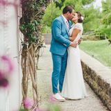 """17. September 2016: Die richtige Hochzeit haben Sasha und Julia Röntgen dann einen Tag später groß gefeiert. Er trägt einen schicken hellblauen Anzug mit rosafarbener Krawatte - eine Maßanfertigung. Die Braut trägt ein edles Hochzeitskleid (Modell """"Aspen"""") von Modemacherin Jenny Packham, der Lieblingsdesignerin von Herzogin Catherine."""