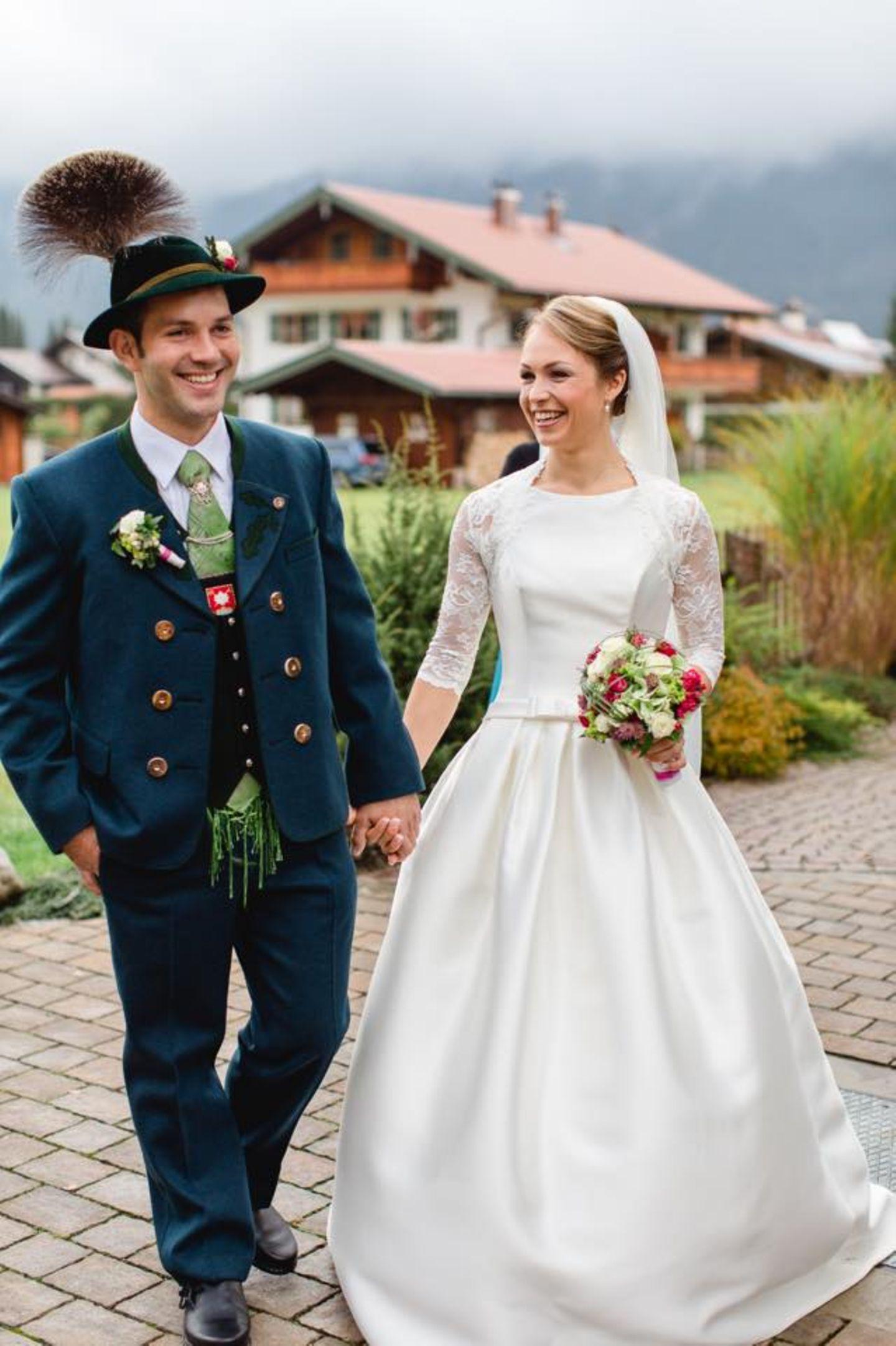 17. Oktober 2015: In Wallgau schlüpfte Magdalena Neuner anderthalb Jahre nach ihrer standesamtlichen Trauung noch einmal in ein Brautkleid und trat zusammen mit ihrem Ehemann Josef Holzer vor den Altar der Dorfkirche.