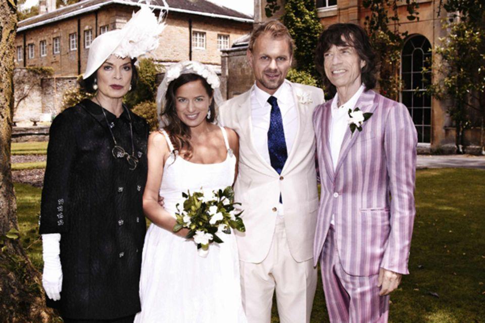 30. Juni 2012: Jade Jagger heiratet ihren Freund Adrian Fillary in der englischen Grafschaft Oxfordshire. Später posieren die be