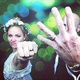 9. September 2015: Ein Hochzeitsbild der besonderen Art! Die Schauspielerin Erika Christensen und Cole Maness sind verheiratet. Die Beweise sind nicht zu übersehen.