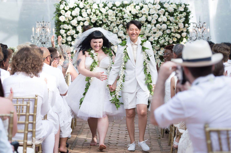 """1. Juni 2013: Hochzeit ganz in Weiß: """"Gossip""""-Frontfrau Beth Ditto hat auf Hawaii ihrer Partnerin Kristin Ogata das Ja-Wort gegeben. Die Sängerin trug ein Kleid von Jean Paul Gaultier."""