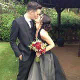 """10. Mai 2013:  Shenae Grimes und ihr Partner Josh Beech haben sich in London das Ja-Wort gegeben. Der """"90210""""-Star trug ein schwarzes Kleid von Vera Wang."""